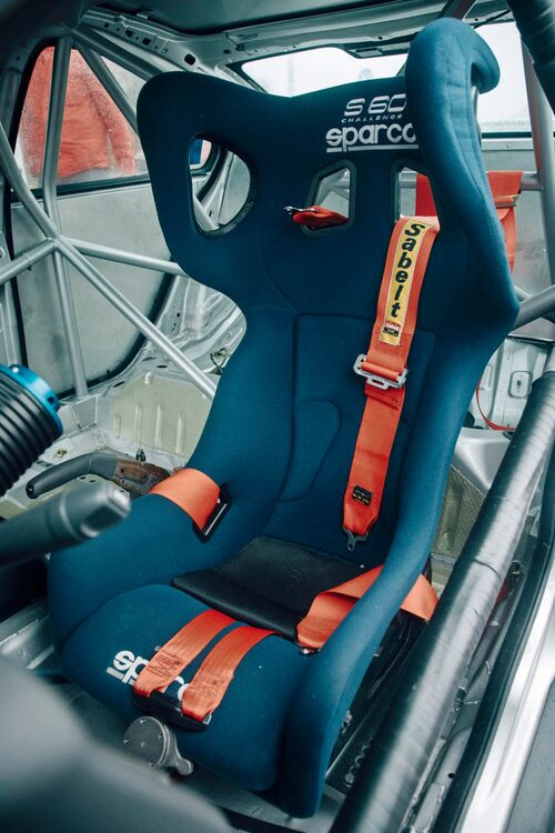 Den rymliga skalstolen från Sparco har snygg S60 Challenge-logotyp i huvudhöjd.