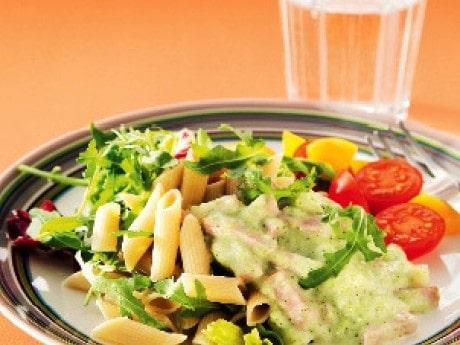 Här är en mättande pastasås med strimlad skinka och broccoli.