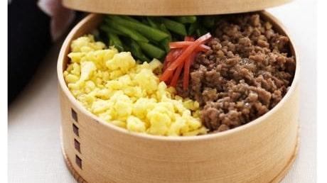 Sanshoku donburi – ris med  köttfärstopping, äggröra  och sockerärter