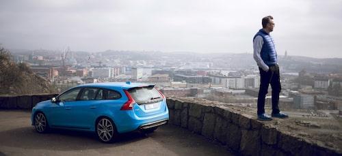 Hans Hedberg blickar ut över sin och bilens hemstad.