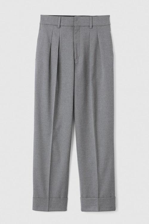 Stiltips! Styla byxorna med skjorta och sneakers för en avslappnad look. Grå kostymbyxor i återvunnen polyester, stl 34–46, 799 kr, Stockh lm/MQ MARQET.