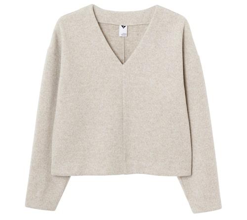 En av vårens stora trender är en lös och boxig silhuett, perfekt med en tröja som blir fin till en vid kjol. Beige tröja i återvunnen polyester , stl XS–L, 599 kr, Visual Clothing Project/MQ MARQET.