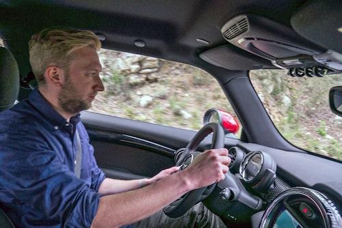 """Extra """"greppig"""" ratt med röda kontrastsömmar är standard. Head up-display modell plastskiva kostar extra."""