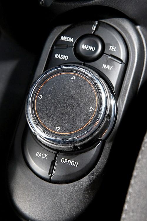 Knappar och vred bär tydlig Mini-design. Undertill finns BMW-teknik.