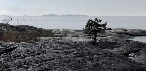 Klippor, hav och skärgård. Kusten vid Kyrkslätt, sydväst om Helsingfors, bjuder på lugn och vida vyer.