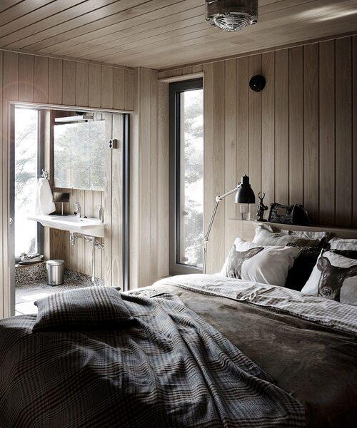 Jakttemat följer med ända in i sovrummet. Sängkläder och kuddar med motiv från Hemtex och Gant. En fråndragen skjutdörr öppnar upp till badrummet.