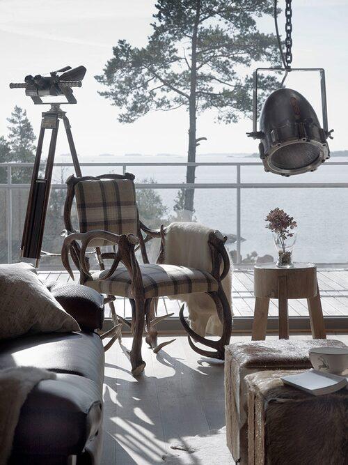 Självklart val till den moderna jakthyddans inredning: en schweitzisk hjorthornsstol.