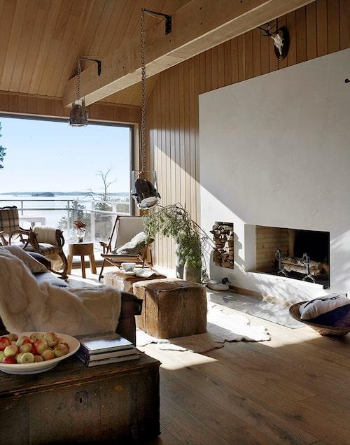 Inredningen är hållen i milda toner med trä och skinn som dominanter. På kvällen tänds brasan i den stora eldstaden, ett arkitektoniskt element designad av arkitekt Antti Saravuo. Industrilampor från den engelska Concordefabriken.