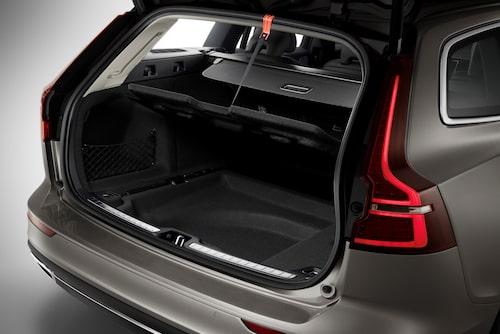 Notera att lastgolvsluckan saknar gasdämpare (vilket finns på vissa modeller, men är inte överdrivet vanligt). I stället har Volvo löst det med en rem som hakas fast i bakluckans tätningslist.