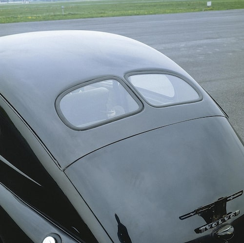 PV 444 behöll den lilla tvådelade bakrutan ända till 1954 då H-modellen lanserades. Samma år breddades och höjdes vindrutan.
