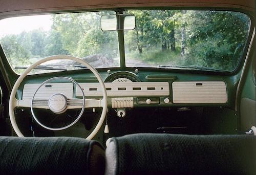 Den bågformade och aningen svåravlästa hastighetsmätaren försvann 1950 när B-modellen tog över. Dessutom infördes en elegantare ratt.