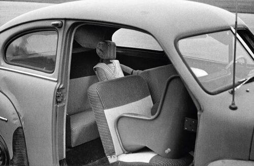 Redan 1964 provades en prototyp till den första bakåtvända bilbarnstolen. Än i dag finns det många som tycker att barn åker säkrast i en framåtvänd stol, Volvo har sedan länge hävdat motsatsen.