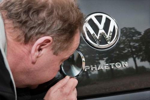 Herr direktör Kjellström letar med förstoringsglas efter uppdateringarna...