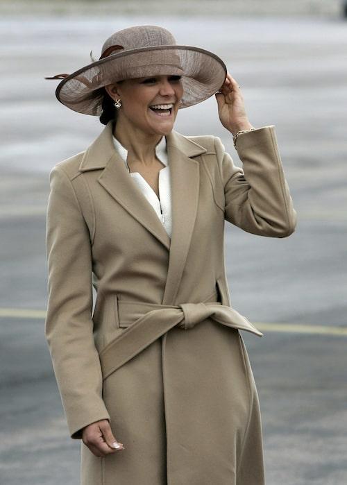 Victoria i en klassisk kappa.
