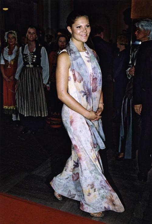Kronprinsessan Victoria i skir, blommig klänning.
