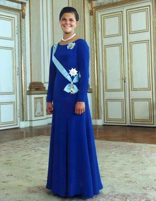 Kronprinsessan Victoria i en blå klänning till sin 18-årsdag 1995.