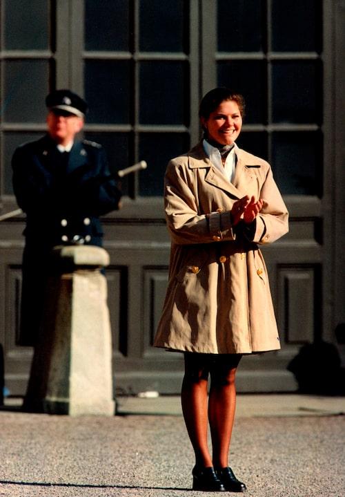 Kronprinsessan Victoria i en kappa som lika gärna kunde ha varit en klänning.