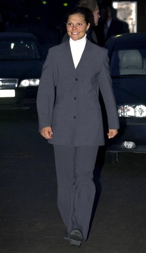 Kronprinsessan Victoria i oversize kostym år 2000.