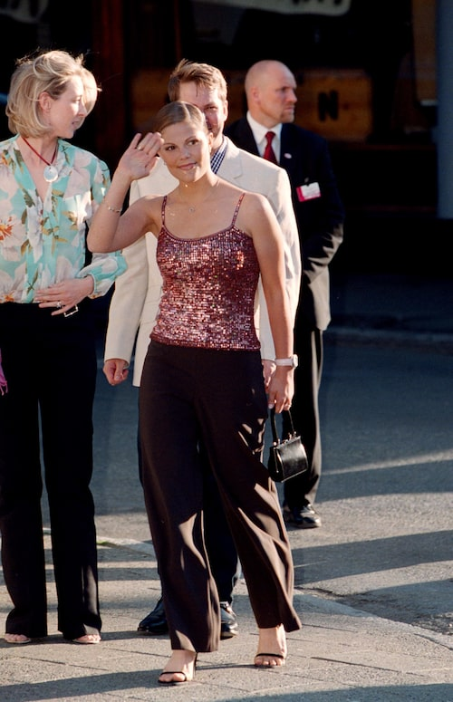 Kronprinsessan Victoria i rosa, glittrigt linne 2002.