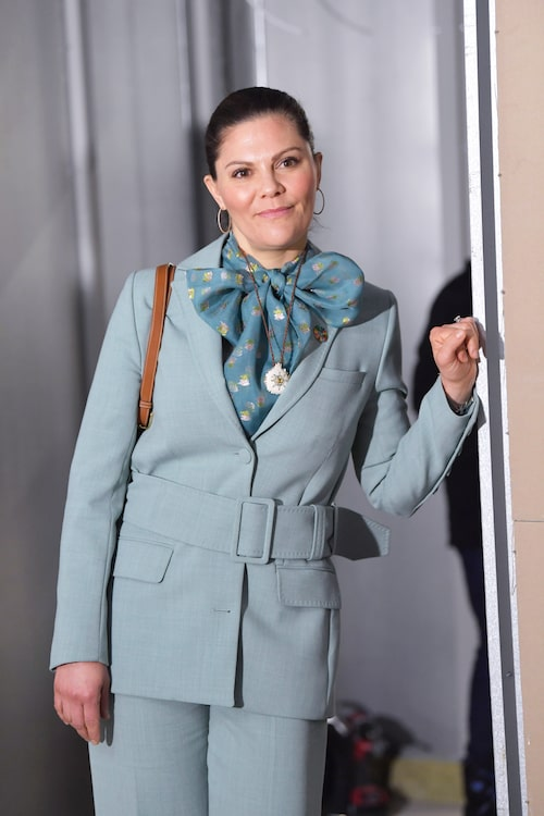 Kronprinsessan börjar 20-talet på topp med knytblus och elegant kostym.