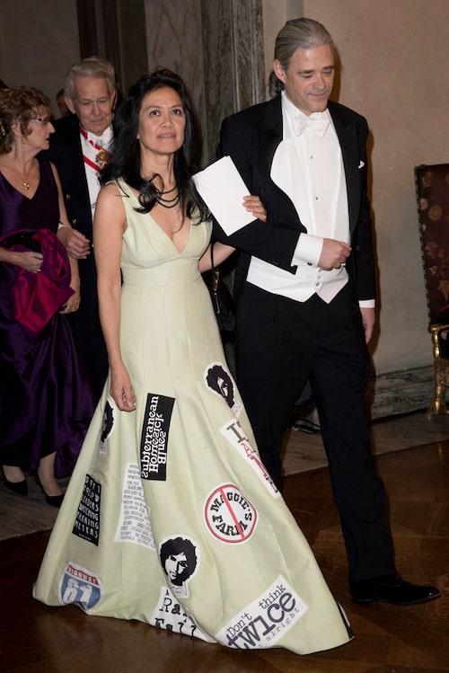 Lizette Mususa Wiesel i Bob Dylan-inspirerad klänning tillsammans med Richard Friberg.