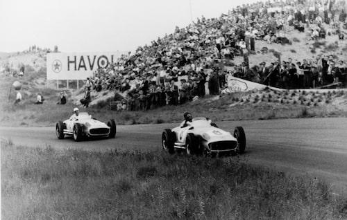 Juan Manuel Fangio före Stirling Moss i Nederländernas Grand Prix 1955. Båda körde för Mercedes detta år.
