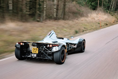 Sedd snett bakifrån syns formelbilschassit allra bäst. Motorn ingår i den bärande strukturen.