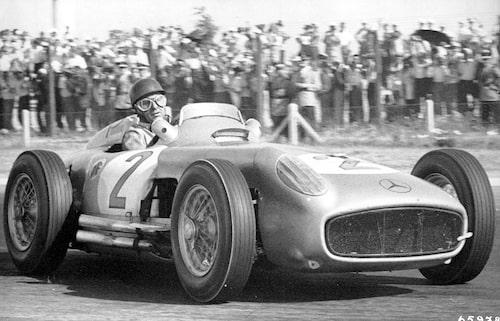 Juan Manuel Fangio i Mercedes W 196 R, strax innan han skar mållinjen som vinnare av Argentinas Grand Prix i Buenos Aires den 16 januari 1955. Bilden högst upp: Fangio i W 196 R på Nürburgring den 1 augusti 1954.