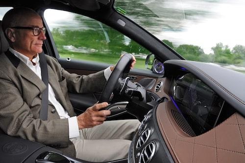 Kommer det ett kurvigt parti sänks farten automatiskt, trots att den tillåtna hastigheten fortfarande är 100 km/h. Assistenten har lärt sig ta hänsyn till något så gammaldags som verkligheten.