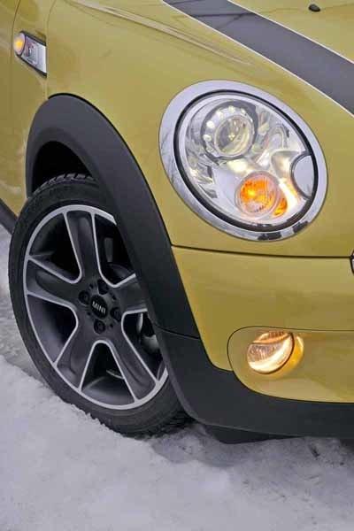"""16-tumshjul med run flat-däck är standard. Här dock med 17-tummare """"Black Star Bullet Design""""."""