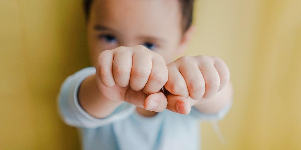 När 3-åringen ständigt är arg och slåss och till och med puttar ner storebror för trappan – vad kan man göra? Barnpsykologen svarar.