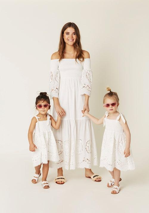 Matcha med barnen i sommar – vit klänning med spets till mamma och till mini.