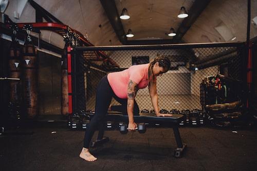Tips: Bra hållning och stark rygg är A och O för att motverka ryggsmärta och kollaps av överkroppen.