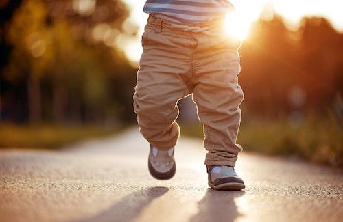 På egna ben. Vid 18 månaders ålder kan de flesta barn gå – och upptäckarlustan är ofta stor.