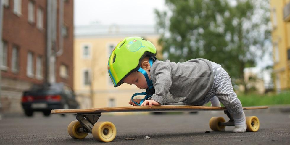 Ena dagen nyfödd i famnen, nästa redo för skateboard … Barns utveckling går snabbt.