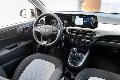 En stor pekskärm piggar upp i i10, annars en plastig interiör. Bra rattkontroller.