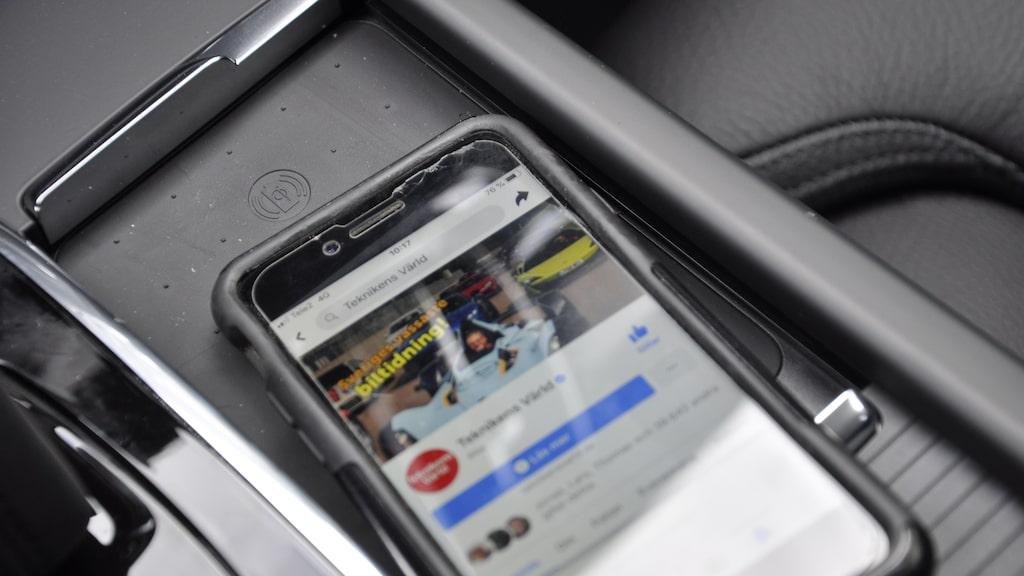 På mittkonsolen är det nu möjligt med trådlös laddning av mobilen. Uttag för USB-C i baksätet.