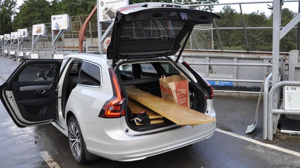 """Även en ny fin Volvo-kombi passar på återvinningsstationen. Notera baklampornas """"vingar"""" högst upp."""