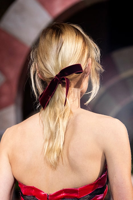 Chic rosett som håraccessoar hos Oscar de la Renta.