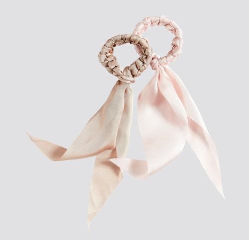 Scrunchie med rosettband.