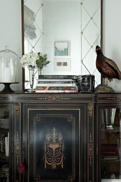 """""""Med enstaka fantastiska antikviteter kan man blanda upp med enklare och billigare föremål utan att man sabbar rummets look"""", tipsar Emma."""