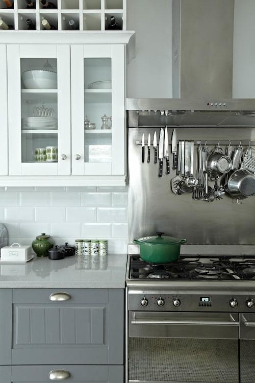 Magnetlist för knivarna och krokar för köksutensilierna ger restaurangkökskänsla – både snyggt och praktiskt.