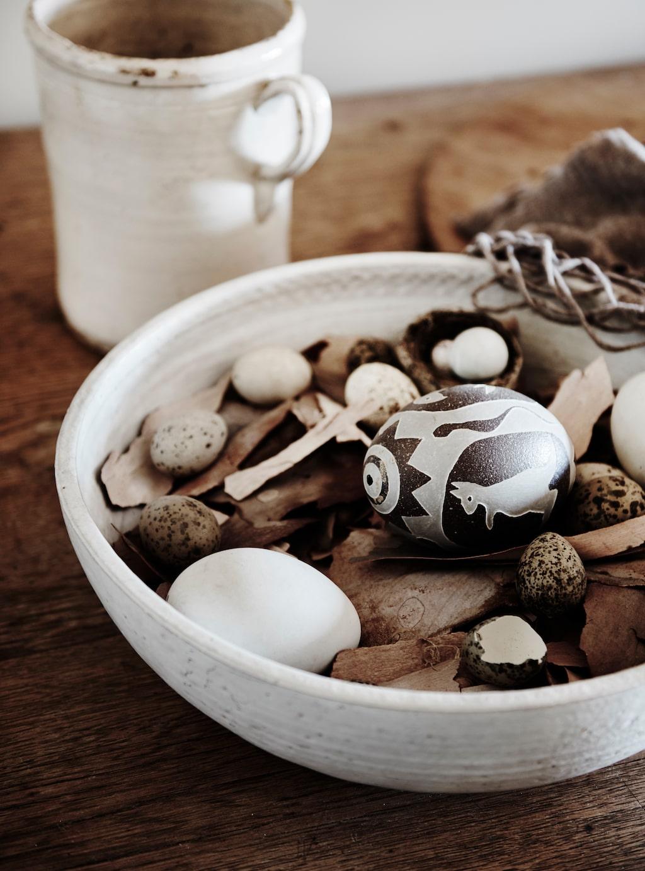 Rustik keramik med skatter från naturen och australiskt hantverk är enkla och vackra blickfång.
