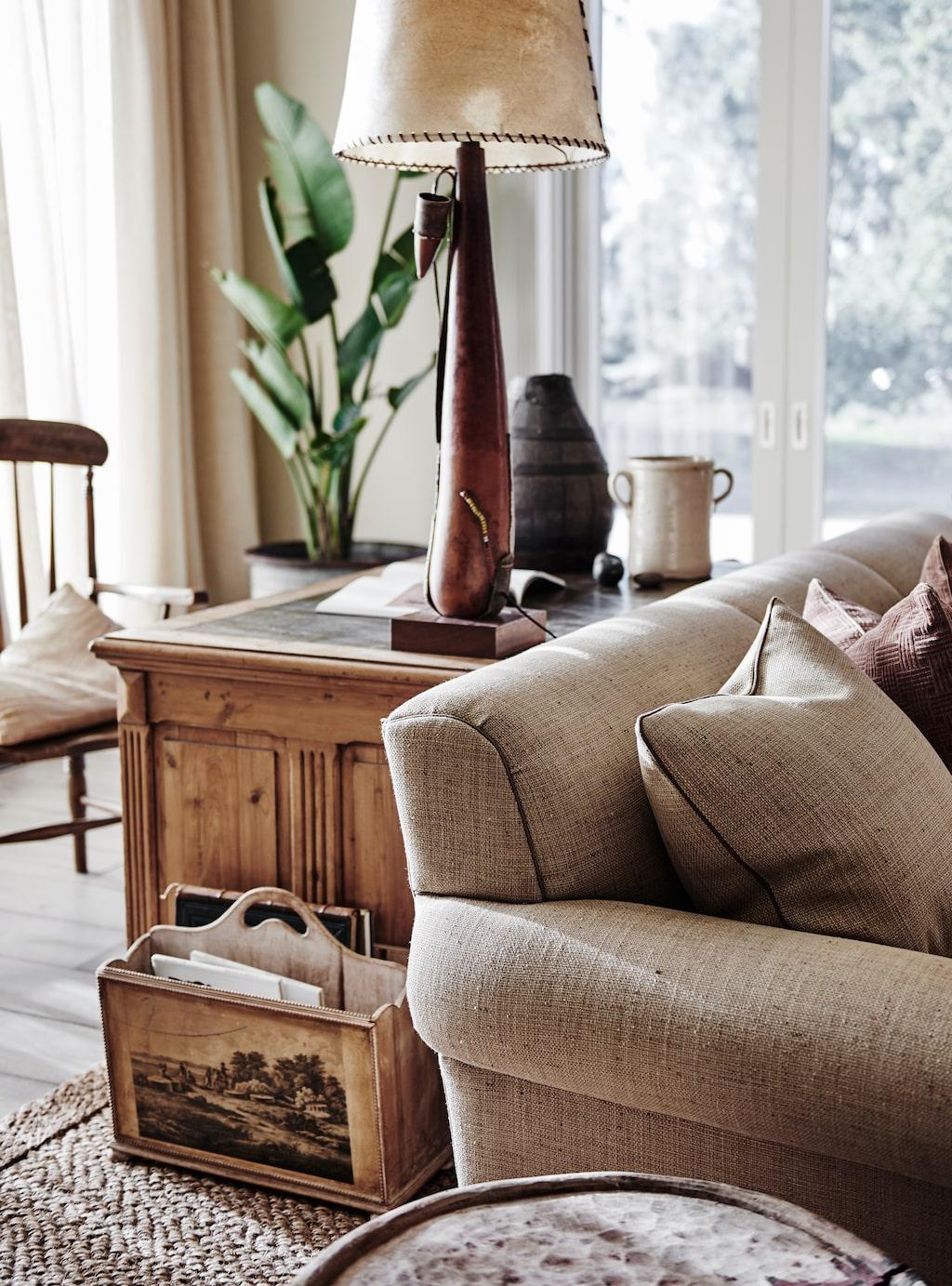 Här och var har afrikanskt hantverk smugit sig in i den australiska estetiken, som i bordslampan bakom soffan.