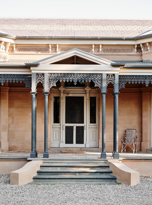 Entrén till det viktorianska huset pryds av pelare och utsmyckningar i gjutjärn.