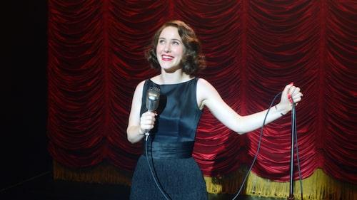 Rachel Brosnahan spelar huvudrollen i The marvelous Mrs Maisel.