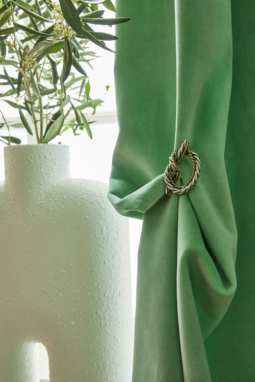 Ridån går upp! Sammetsprakt i tyget Cassia Designers guild, här prydd med broschen Knut av Estrid Ericson Svenskt tenn. Vas Cobra, By Binett.