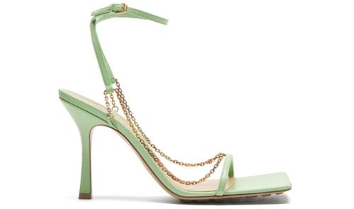 Gröna sandaletter för dam sommaren 2021.