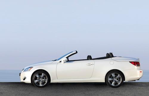 Taket manövreras med en knapp till vänster om ratten. Fällningen tar 20 sekunder, lite för ett tredelat tak.