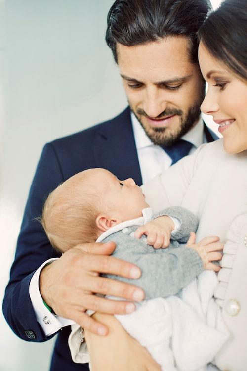 """""""Ett stort och varmt tack för alla vänliga gratulationer som har inkommit i samband med födelsen av vår son, prins Gabriel. Vi uppskattar er omtänksamhet mycket"""", hälsar prinsparet i samband med de nya familjebilderna."""